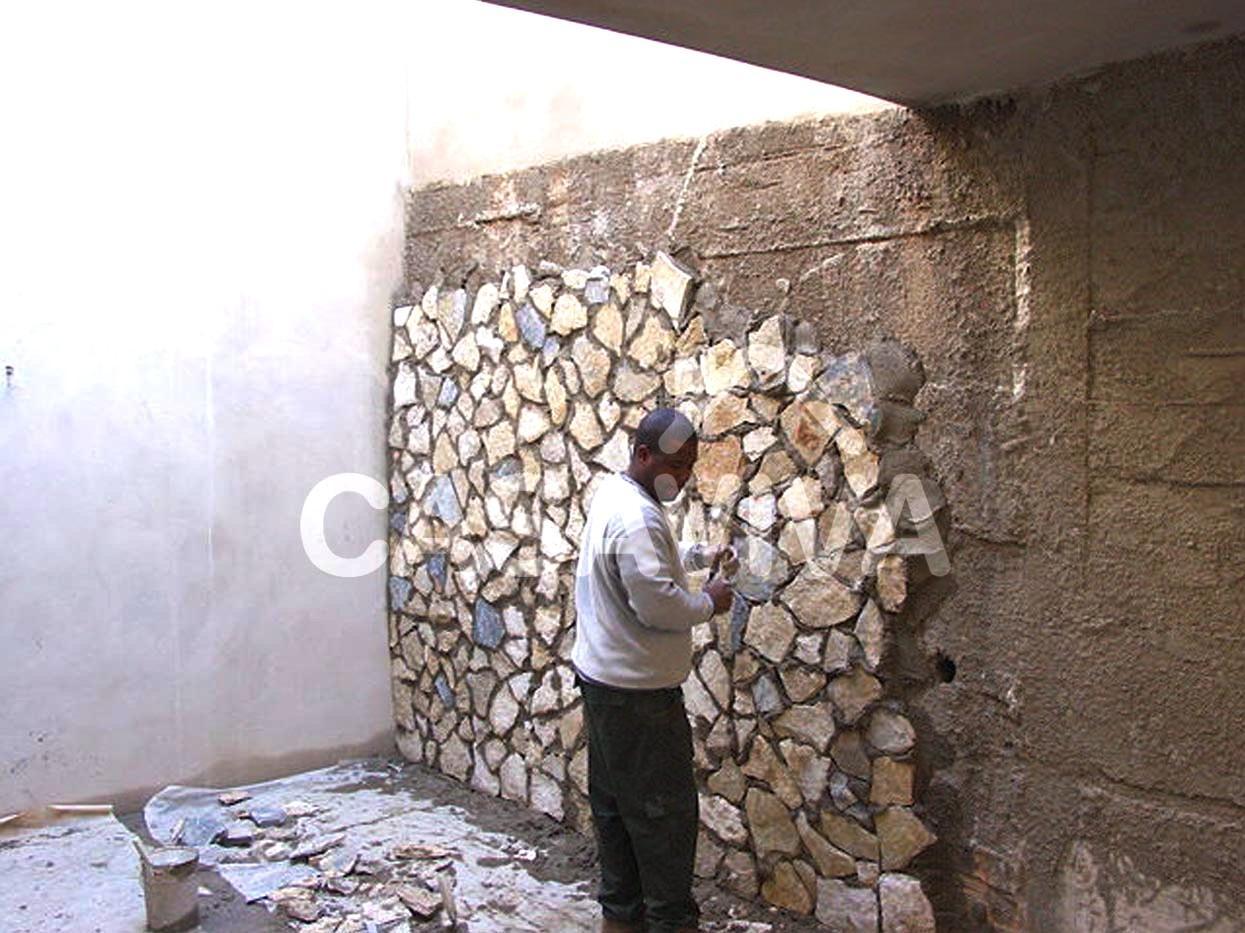 Revestimento de pavimento e paredes de pátio.Mosaico cerâmico, pinturas e pedra natural.