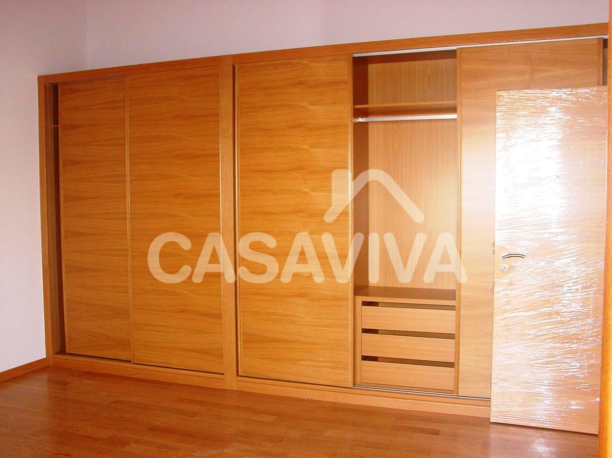 roupeiro em madeira encastrado com portas de correr e módulos de  #481001 1245x933